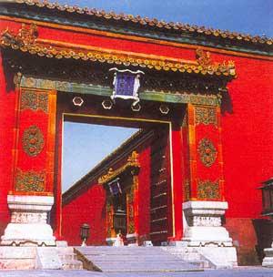Cổng lợp ngói màu gốm, trên có khắc chữ Trung Hoa và chữ viết Mãn Châu.