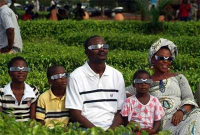 Một gia đình ngồi ngắm nhật thực toàn phần ở thành phố Abomey, Benin (châu Phi)