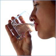 Khi bị khàn tiếng hãy uống thật nhiều nước