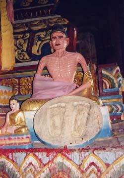 Tượng Phật cao 6,8 m, phần thân tượng cao 2,7 m được đúc vào năm 1916