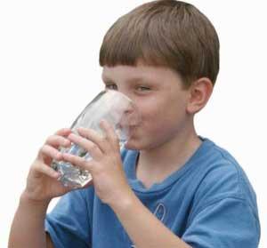 Trẻ em uống 2 cốc nước khoáng/ngày có thể bảo vệ được răng chắc, khỏe hơn