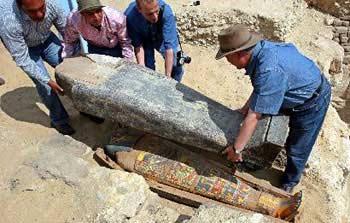 Các nhà khảo cổ Ai Cập đang mở quách cổ