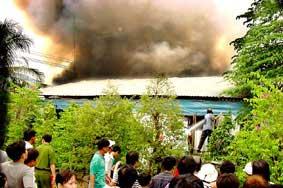 Đám cháy đã thiêu rụi hoàn toàn 14 căn nhà, nhưng không có thiệt hại về người.