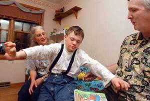 Trẻ tự kỷ thường sống thu mình.