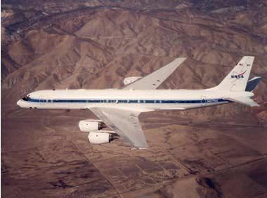 Máy bay DC-8 của NASA có các thiết bị nghiên cứu tâm bão nhiệt đới.