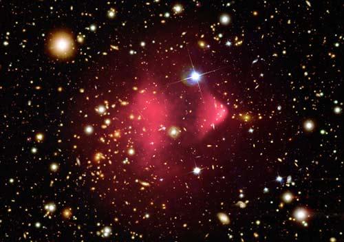 Ảnh của đài quan sát tia X Chandra cho thấy chòm thiên hà 1E 0657-56, hay Bullet Cluster hình thành sau vụ va chạm dữ dội của hai đám thiên hà