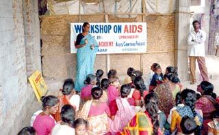 Tuyên truyền phòng chống AIDS ở một vùng nông thôn Ấn Độ.