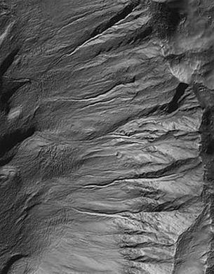 Một loạt các rãnh trên một miệng núi lửa do tàu thăm dò sao Hỏa chụp được ngày 12-10-2006