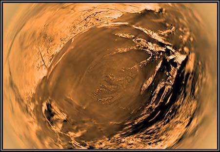 Hình ảnh được chụp bởi tàu thăm dò Huygens cho thấy những tảng vật chất trông như nước đá nằm rải rác trên bề mặt màu vàng cam bao phủ bởi khí methane