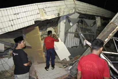 Một tòa nhà bị sập tại Padang