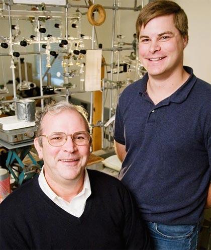 Giáo sư hoá học Thomas Rauchfuss(bên trái) và sinh viên Zachariah Heiden đã tìm ra phương pháp mới tạo ra nước.