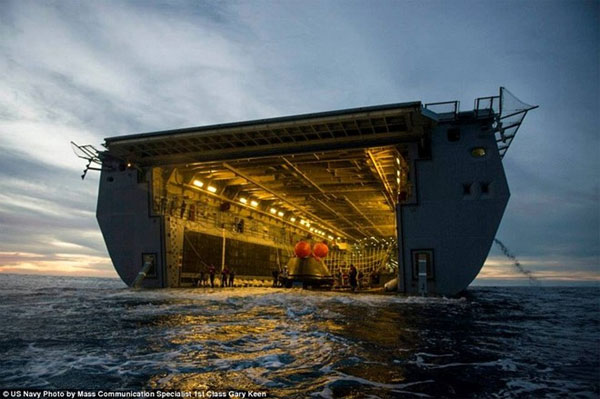 Quá trình vớt phi thuyền Orion bằng tàu đổ bộ khổng lồ