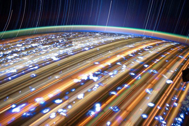 Thế giới ánh sáng bên ngoài trạm vũ trụ