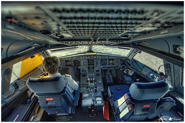 """Cận cảnh """"bộ não"""" máy bay qua chùm ảnh khiến bạn chóng mặt"""